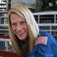 Una astronauta muestra cómo se lava el cabello en el espacio