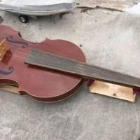 Un violín gigante flota en Venecia