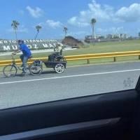 Ayudan a joven que transportaba a su madre en silla de ruedas por la Baldorioty