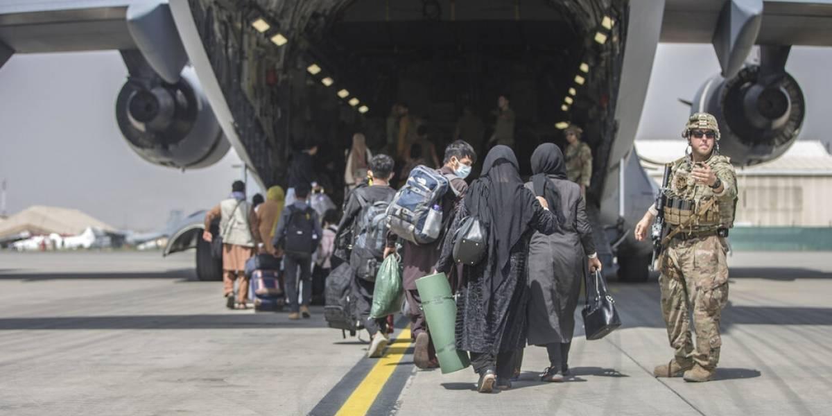"""Bases militares que alojan a afganos son """"pequeñas ciudades"""""""