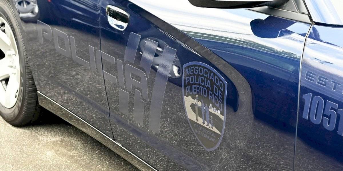 """Arrestan a hombre por intentar robar """"spoiler"""" de policía en estacionamiento de cuartel"""