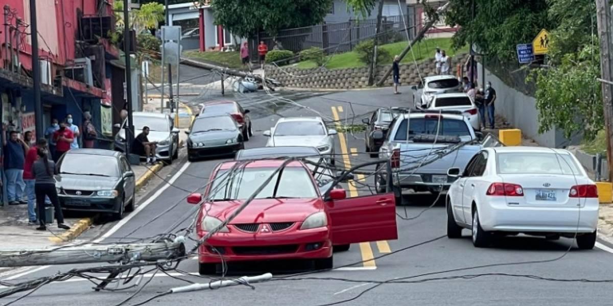 Postes caen sobre la PR-1 en Caguas, cierran la vía en ambas direcciones