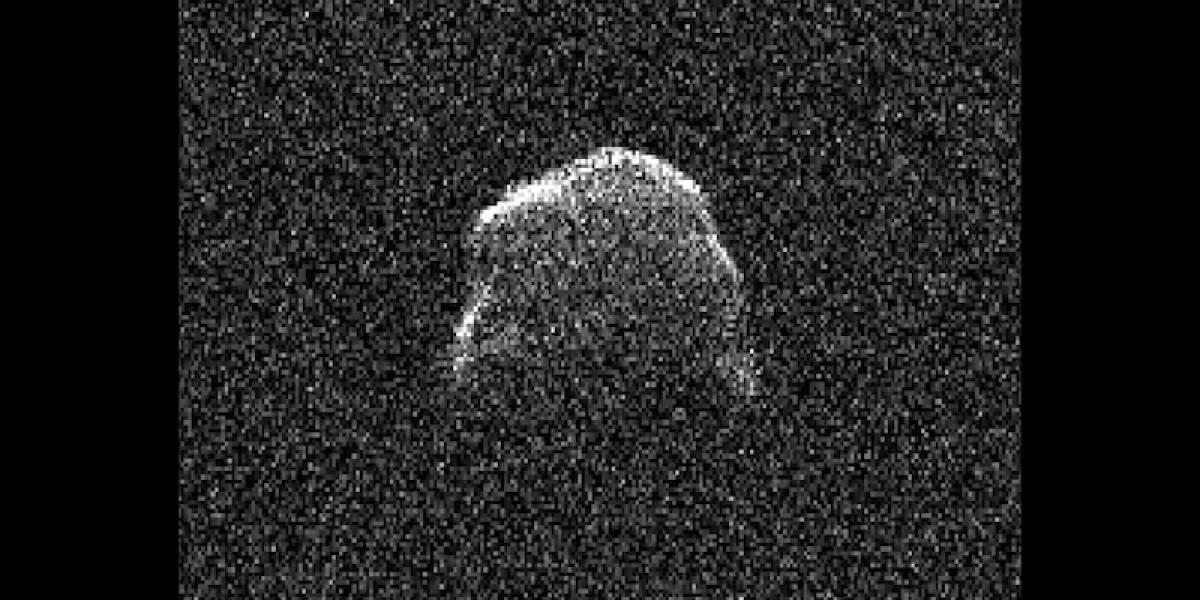 Captan imágenes de enorme asteroide pasando cerca de la Tierra