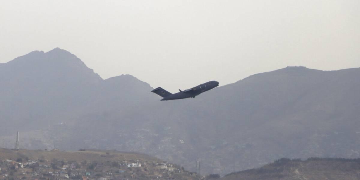 Anuncian apertura parcial del aeropuerto de Kabul