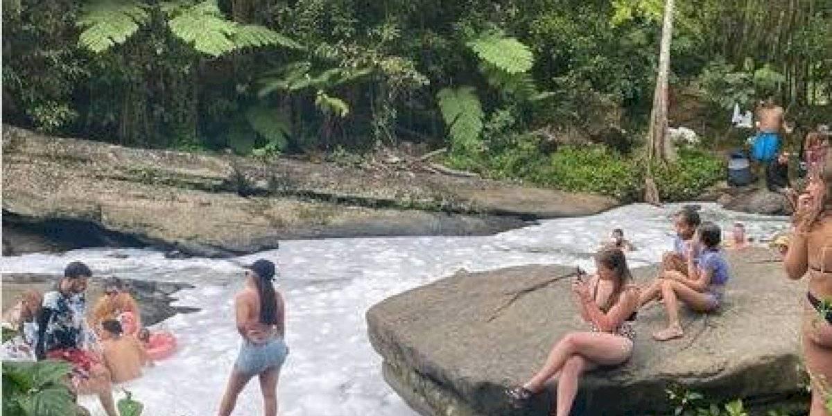 VIDEO: Ciudadanos convierten río en piscina de espuma en Luquillo