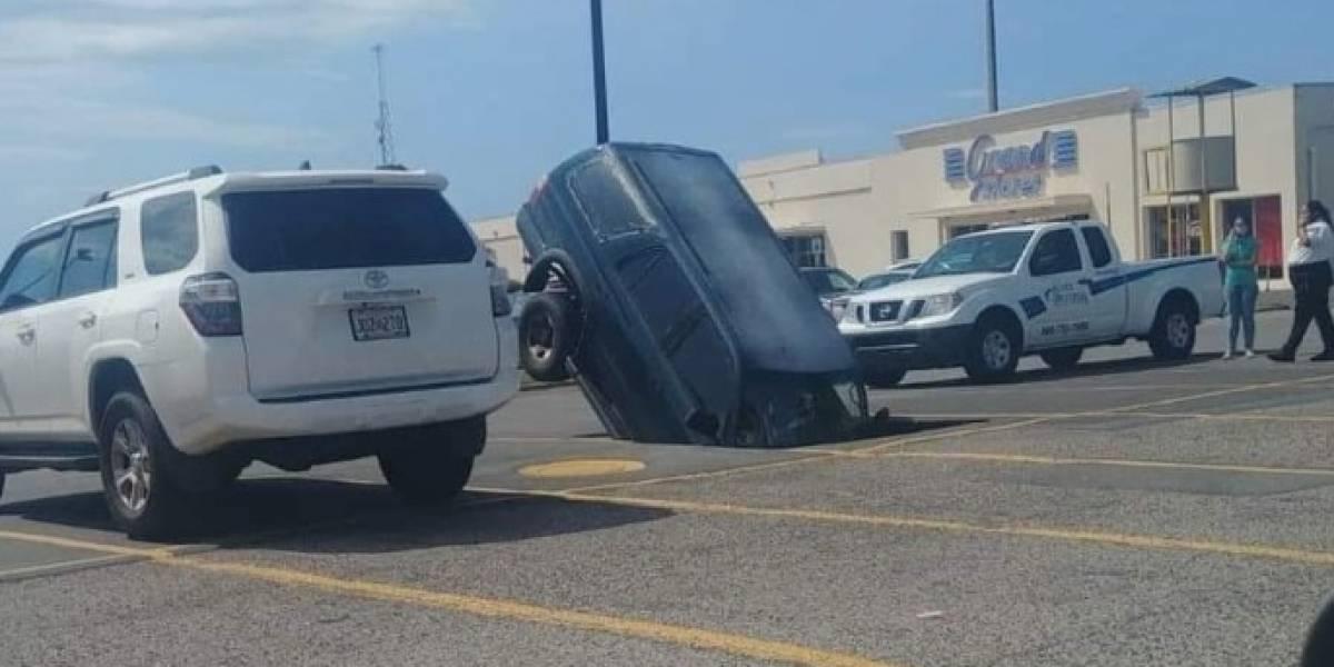 Carro cae en enorme hueco en estacionamiento de Arecibo