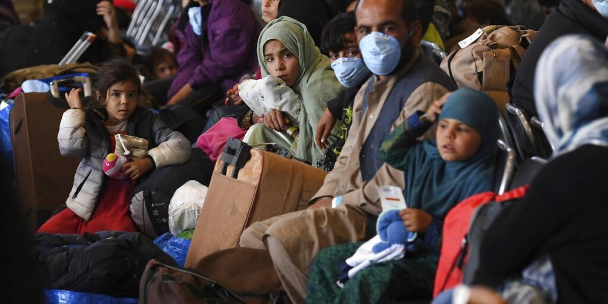Estados Unidos detiene vuelos con afganos evacuados por sarampión