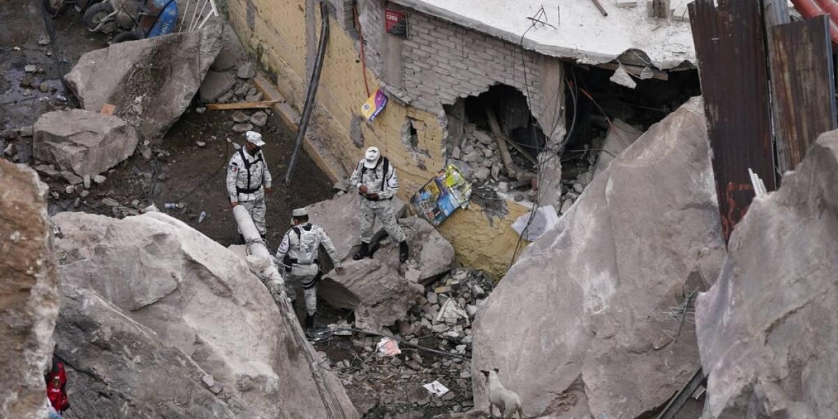 Reanudan peligrosa búsqueda de víctimas tras deslave en México