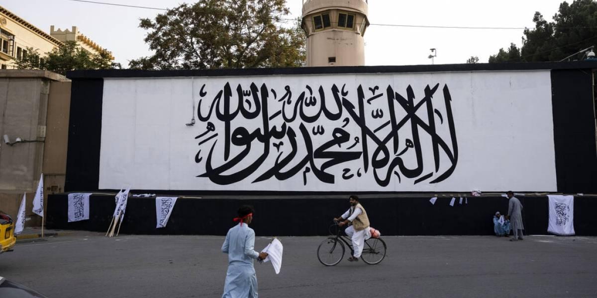 Talibán iza su bandera en Kabul, en aniversario de los ataques terroristas del 11 de septiembre