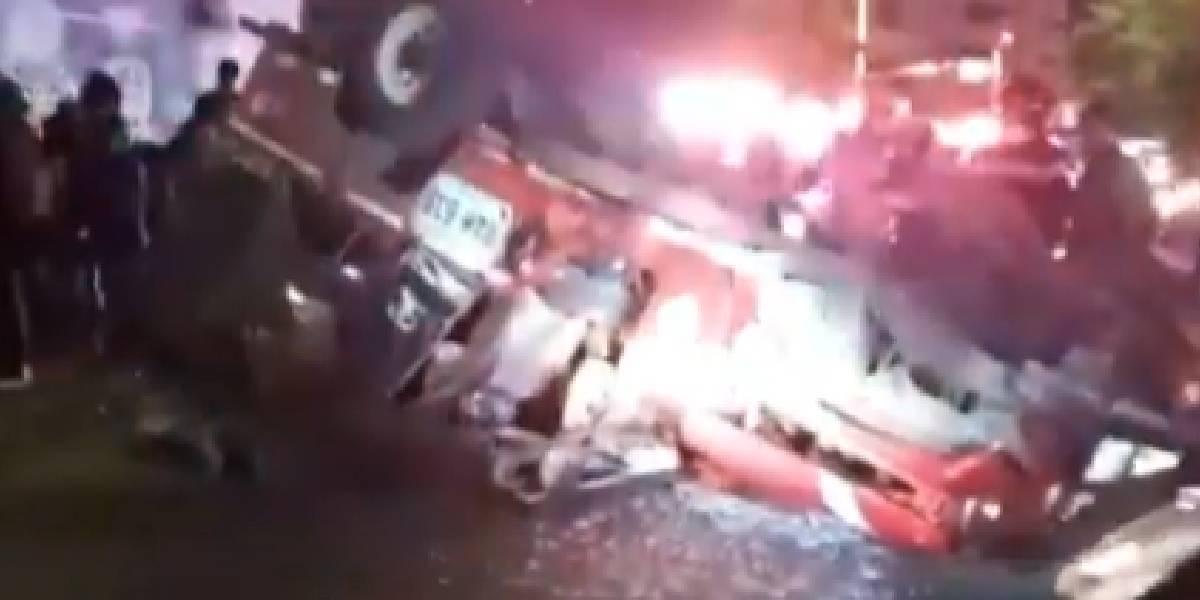 Impresionante video: un jeep se volteó y dejó 21 personas heridas