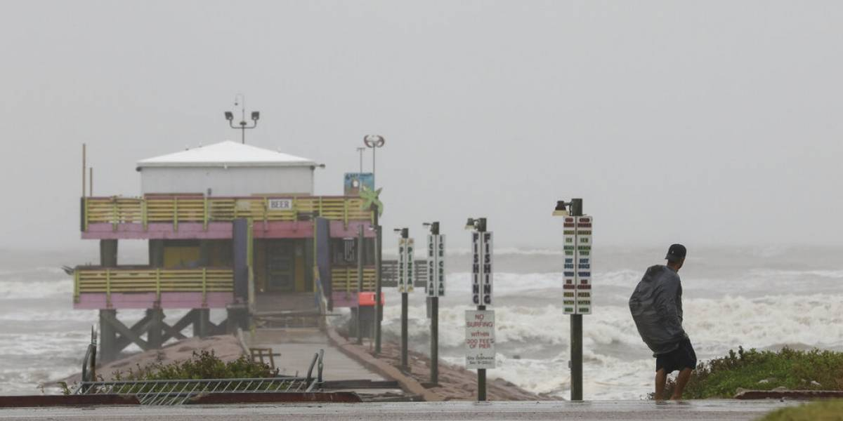 Huracán Nicholas pierde fuerza pero continúa azotando sureste de Texas