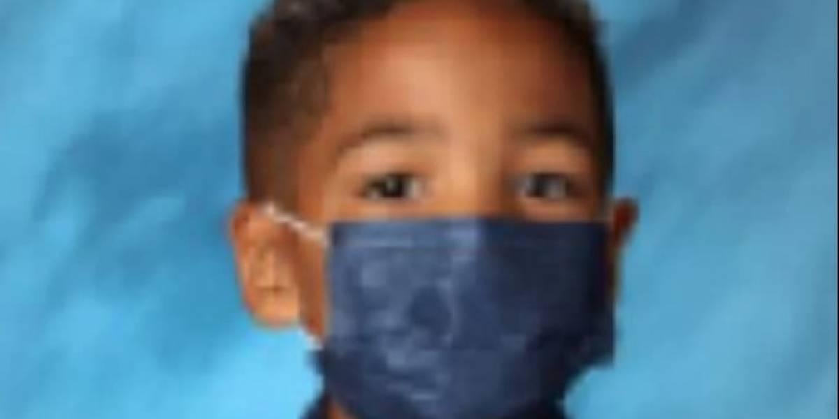 Niño sale en foto escolar con mascarilla porque madre le dijo que no se la quitara