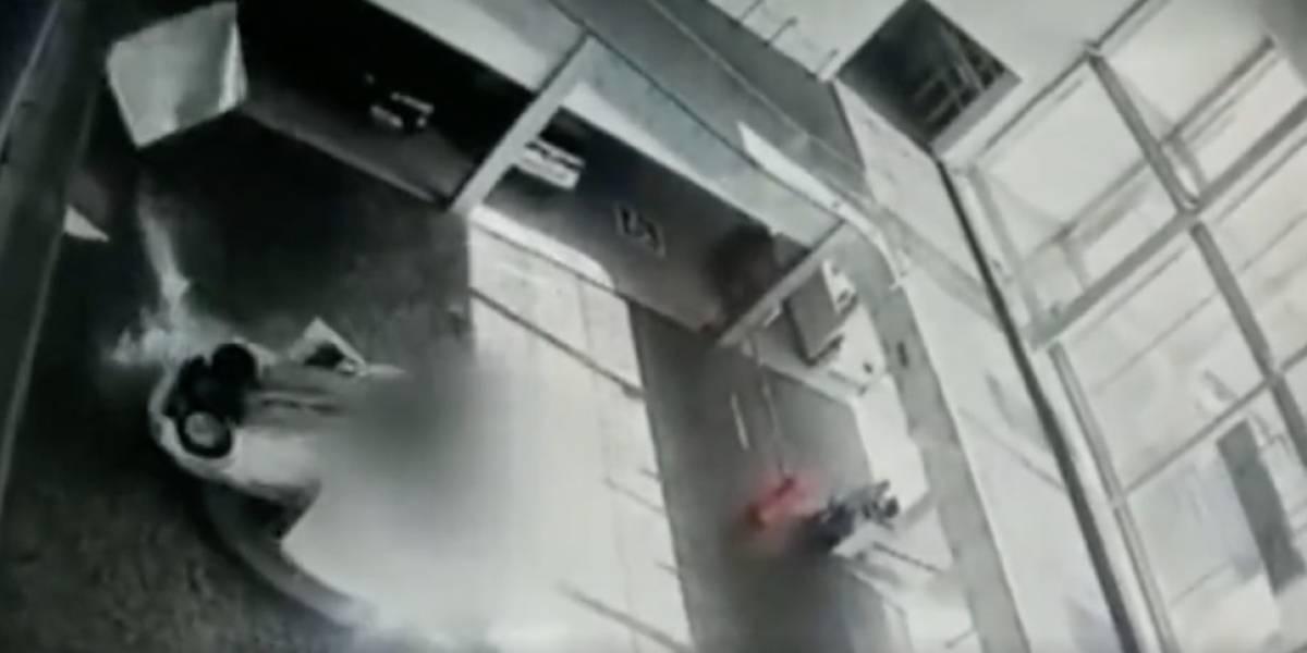 Aparatoso accidente en concesionario: carro cayó encima de dos recepcionistas