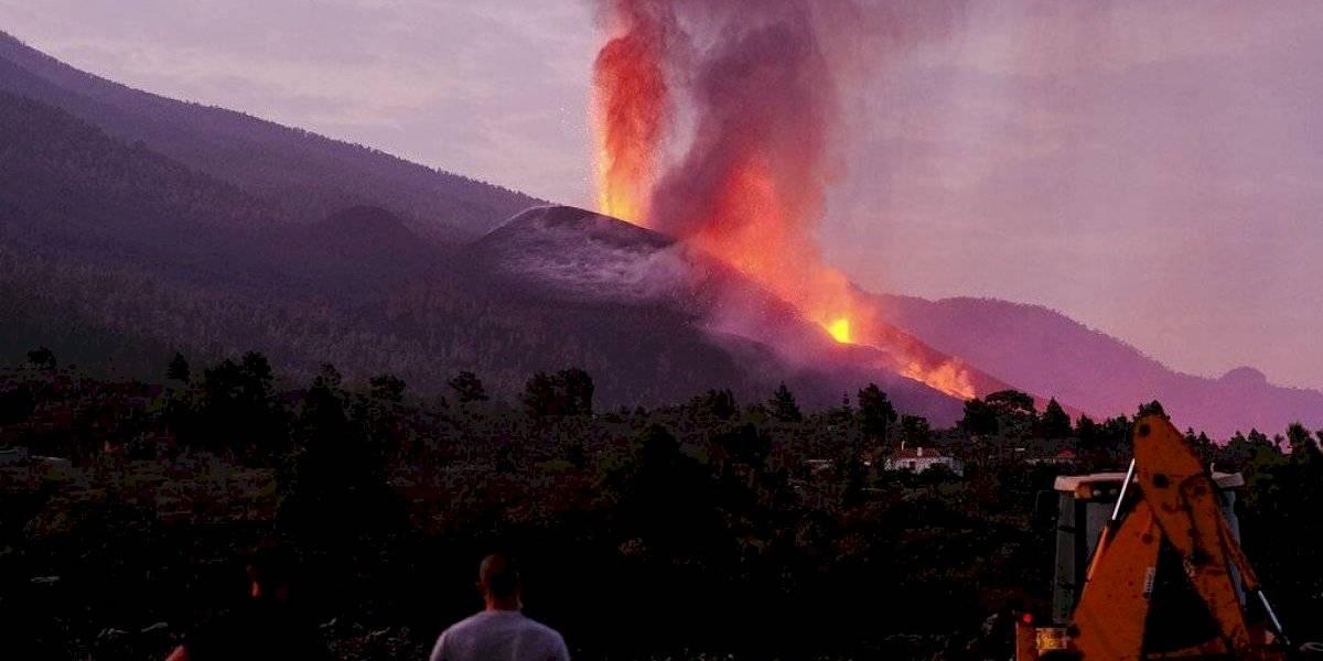 "Volcán en erupción en isla española se vuelve ""más agresivo"""