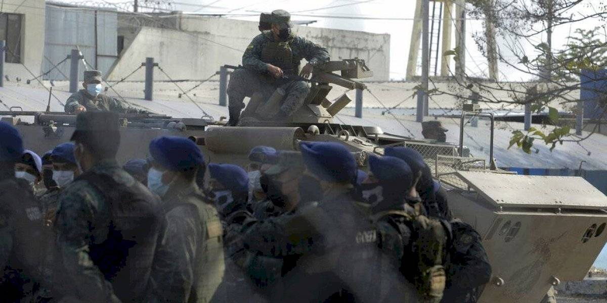 Presos en cárcel de Ecuador reciben a disparos a policías