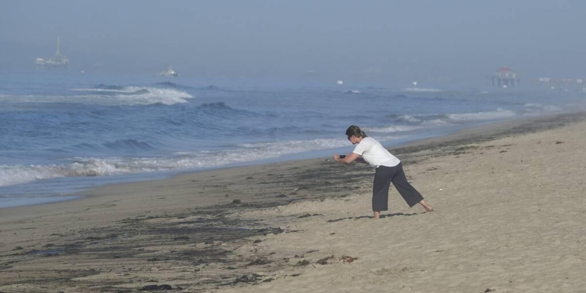 Derrame petrolero ensucia playas de California