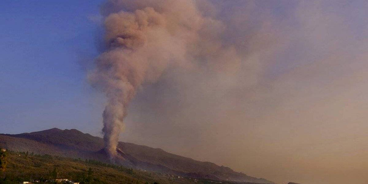 Volcán español expulsa más lava tras colapso del cráter