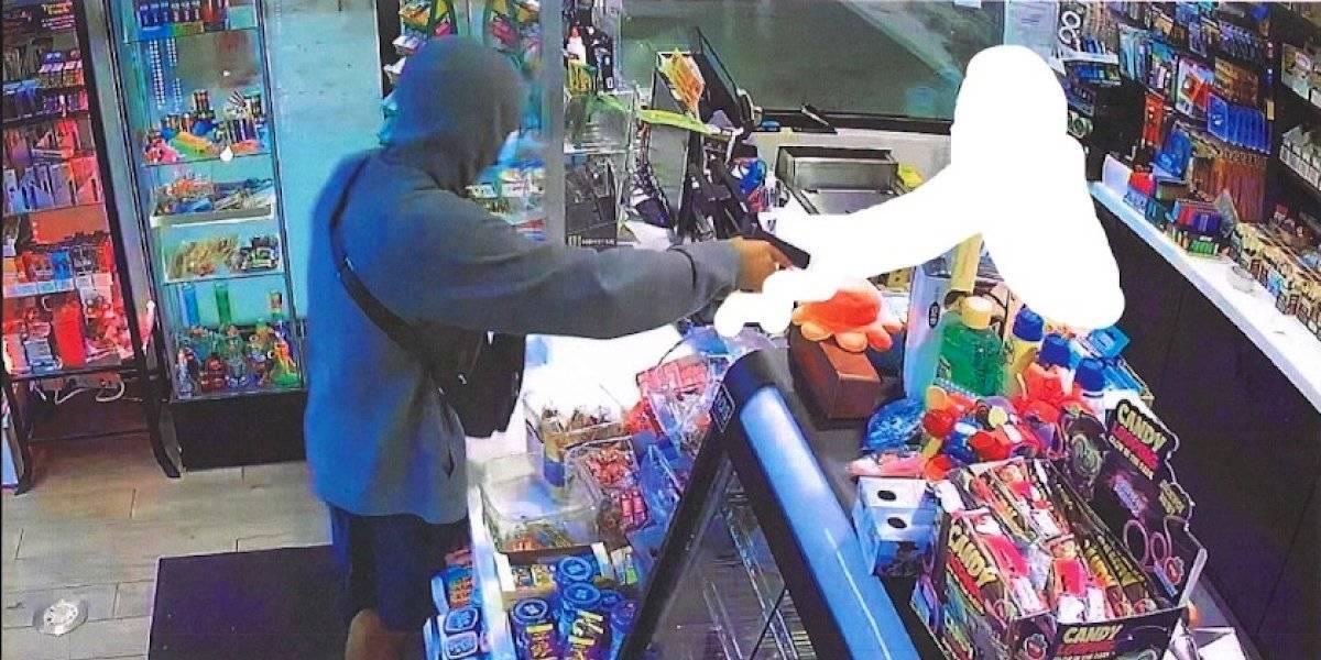 Buscan hombre sospechoso de un robo en gasolinera de Loíza