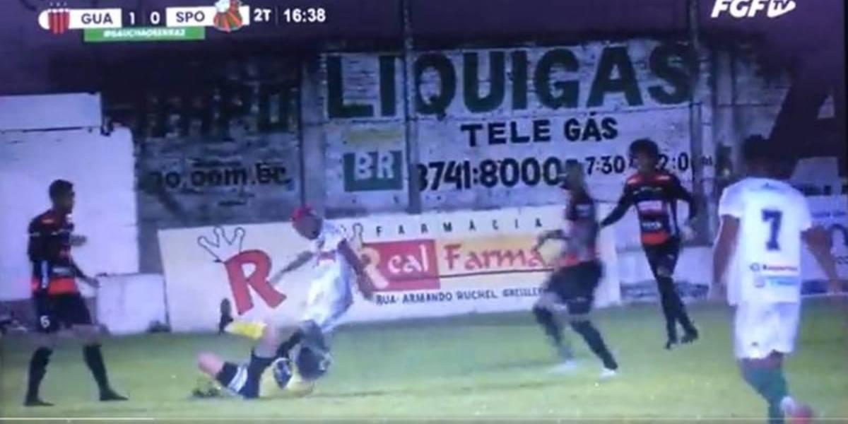 Brutal patada de un jugador deja inconsciente a un árbitro en Brasil