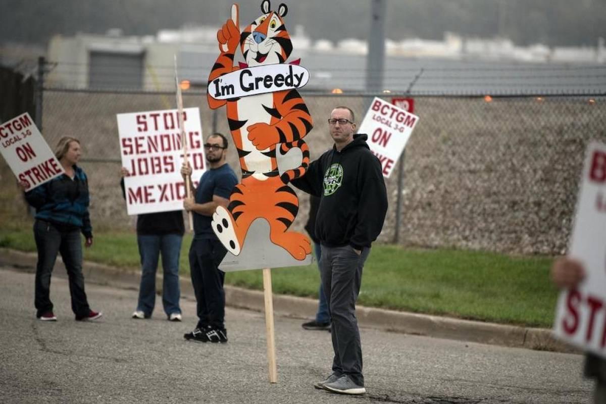 Inician huelga trabajadores de todas las plantas de cereales Kellogg's en EEUU