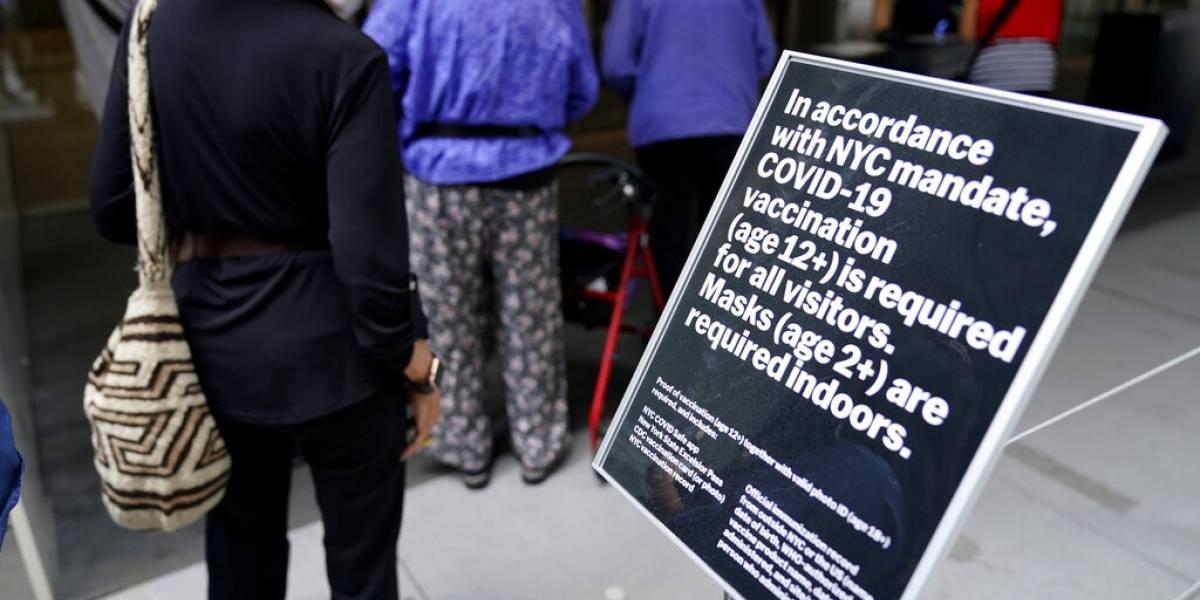 Anuncian más medidas en Estados Unidos pese a disminución de COVID