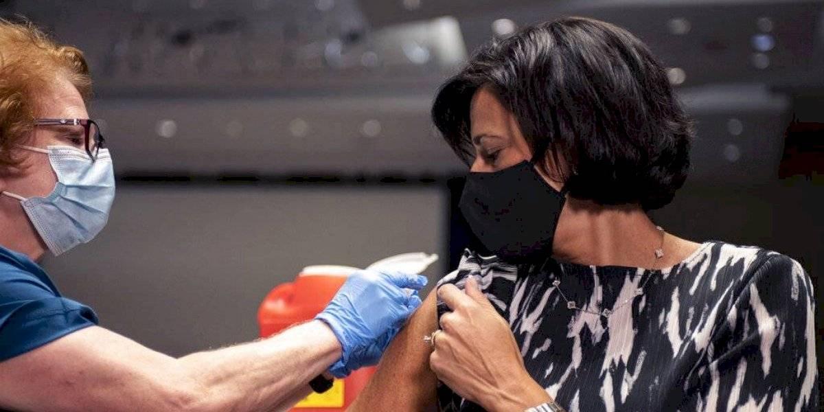 Urgen vacunación contra influenza y coronavirus en EEUU mientras muertes por COVID-19 pasaron de 700 mil