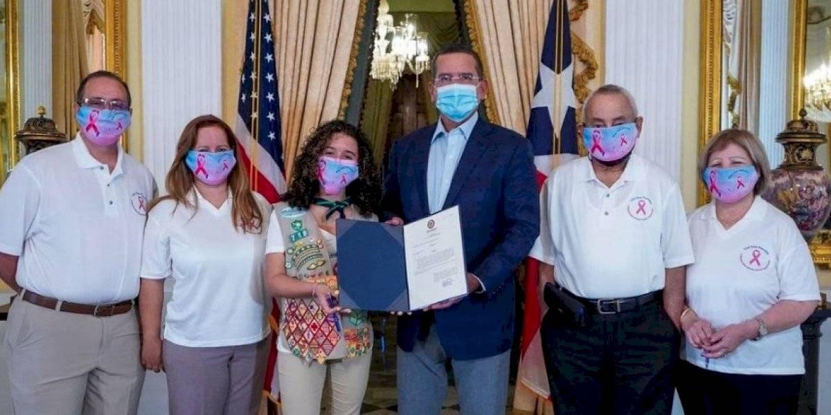 Gobernador firma proyecto para concienciar sobre el cáncer de mama en los hombres