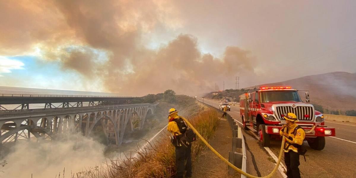 Cierran carretera por incendio forestal en sur de California