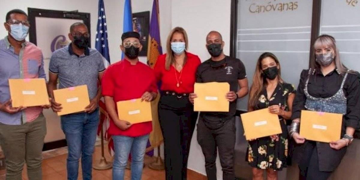 Alcaldesa entrega hasta  $366 mil a pequeños  comerciantes de Canóvanas