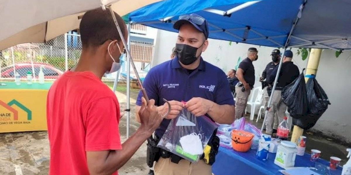 Policía participa en operativo comunitario en barriada de Vega Baja